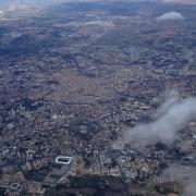 """Montpellier vu du ciel, où l'on perçoit les contours de la cité médiévale. Au Moyen Âge, """"Montepessulano"""" était appelé en hébreu """"Ir ha Har"""" (""""la Ville de la Montagne""""), """"Ir ha Qodesh"""" (""""la Ville Sainte""""), """"Har Gaash"""" (""""la Montagne du Tremblement"""")"""