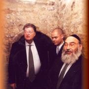 Georges Frêche, Michaël Iancu et René-Samuel Sirat dans le Mikvé médiéval de Montpellier en 2000