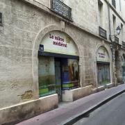 Vitrine historique explicative présentant le Mikvé médiéval de Montpellier