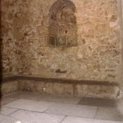 Salle Vestiaire (avec niches murales romanes et banquettes) du Mikvé médiéval de Montpellier